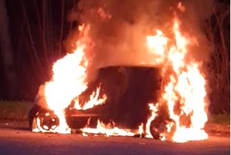 Auto prende fuoco, paura per una donna FOTO