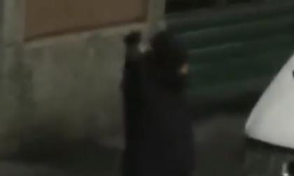 Festeggia il Capodanno sparando con una pistola in strada VIDEO