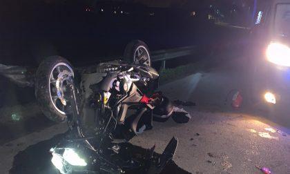 Si ribalta con la moto e viene sbalzato in un fosso FOTO