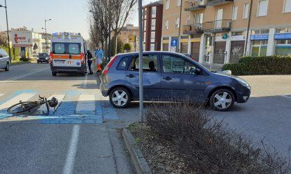 Auto in retromarcia investe ciclista