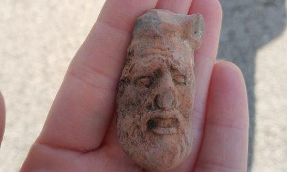 Una testa di sileno degli antichi greci scoperta da un giovane archeologo di Cernusco