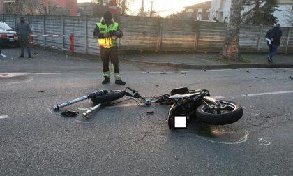 Violento frontale, la moto si spezza in due: 18enne in prognosi riservata