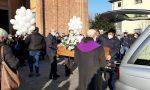 Palloncini bianchi e applausi per l'addio a Simone Mattarelli