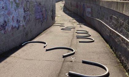 Vandali in azione a Carugate: abbattuti gli archetti del sottopasso