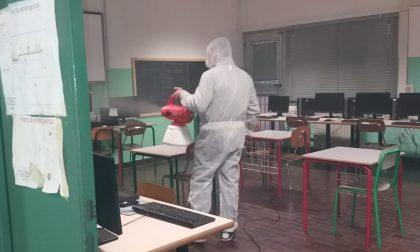 Operazione di sanificazione nella scuola media di Cambiago