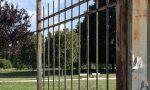 Cancello del parco arrugginito, ma a Cernusco mancano i soldi per sistemarlo. A causa del Covid