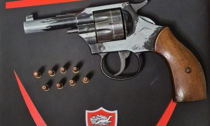Settantenne importuna 19enne e la minaccia con una pistola: arrestato