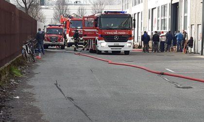 Allarme incendio in un capannone, intervento dei Vigili del fuoco