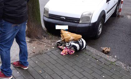 Dormiva in mezzo alla strada al freddo. Soccorso dagli inquilini del condominio