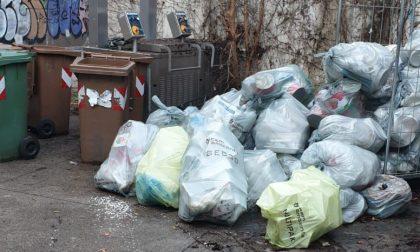 Sacchi della spazzatura e lavastoviglie abbandonati accanto alla mensa della scuola: i genitori protestano