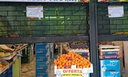 Servono i clienti senza mascherina: fruttivendoli multati e chiusi per 5 giorni