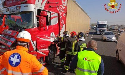 Incidente tra mezzi pesanti in Tangenziale, intervengono i pompieri