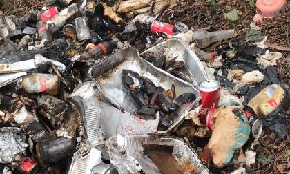 Discarica abusiva data alle fiamme: tra i rifiuti pure delle cozze