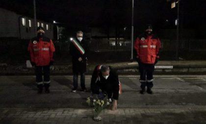 Calpestò i fiori per i morti della strage di Pioltello: denunciato