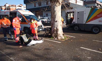 Incidente tra una spazzatrice e una bici: ferito ciclista 45enne