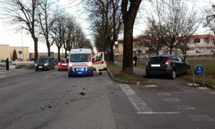 Incidente tra due auto, una finisce dritta sulla pista ciclopedonale