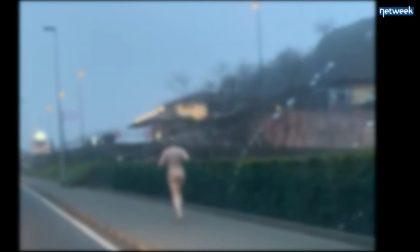 Esce a correre sul lago… ma è nudo