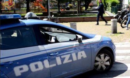 Ladro beccato dalla Polizia con le gambe a penzoloni fuori dal finestrino