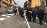"""Strada aperta dopo tre anni di attesa, i residenti protestano: """"Ma i marciapiedi dove sono?"""""""