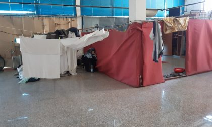 Scoperto dormitorio abusivo per clandestini: nel seminterrato una discarica con tremila pneumatici