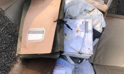 Cartelle dei pazienti di un medico buttate in un'aiuola a Segrate
