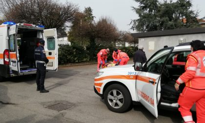 Operaio nel tombino colpito da un'auto in retromarcia