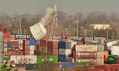 Un simbolo della storia industriale di Melzo crolla al suolo in pochi secondi