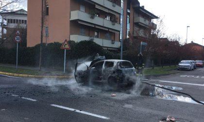 L'auto prende fuoco mentre è in marcia, paura per un anziano