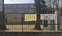 Cartelli e manifesti per chiedere priorità alla scuola anche a Melzo e Liscate. Ma qualcuno li fa togliere