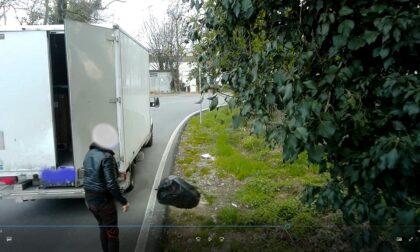 Getta i rifiuti dal furgone, filmato e multato
