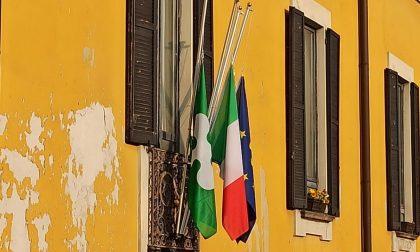 Bandiere a mezz'asta a Cologno Monzese per i 209 morti da Covid