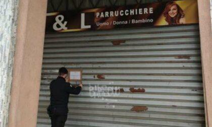 Due clienti 85enni entrano dalla porta sul retro: parrucchiere chiuso dai Carabinieri