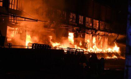 Devastante incendio in un capannone di stoccaggio: pompieri al lavoro tutta notte