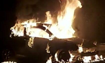 Auto in fiamme nella notte a Inzago