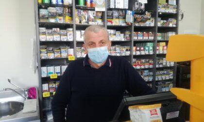 Terrore in tabaccheria: titolare buttato a terra con il coltello puntato alla gola
