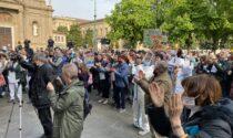 """A Milano e Bergamo le proteste di negazionisti, no mask e no vax (cantando """"la pandemia è una fesseria"""")"""