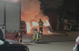 Auto in fiamme a Pioltello, intervengono i pompieri