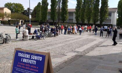 Presidio a Cernusco per chiedere più centri vaccinali e brevetti liberi