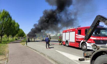 Il rimorchio del Tir prende fuoco, paura per un trasportatore