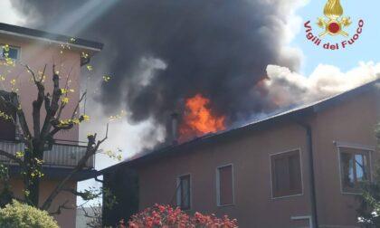 Brucia il tetto di un'abitazione, casa inagibile