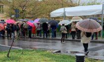 Anziani in coda ore sotto la pioggia per il vaccino