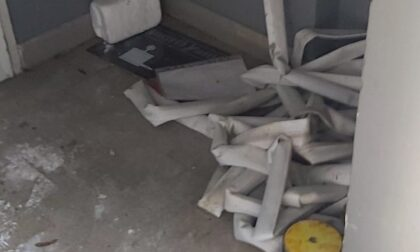 Raid vandalico in palestra: sedie lanciate e vernice a terra