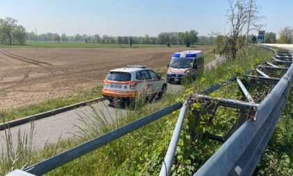 Ambulanza e automedica per un ciclista caduto sull'alzaia del Naviglio