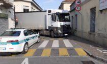 Un altro camion si è incastrato per le vie di Trezzo sull'Adda