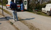Malore in bicicletta, anziano cade nel Naviglio: è grave