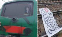 No Tav bloccano un treno della S9 e aggrediscono il macchinista con lo spray