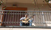 Suona sul balcone come nel primo lockdown: chitarrista torna in Italia per coltivare la sua passione