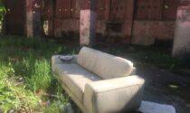 """In attesa della ristrutturazione Cascina Bruni diventa un """"cimitero"""" per vecchi mobili ed elettrodomestici"""