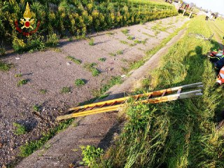Ciclista cade nel canale senz'acqua: in ospedale con l'elisoccorso