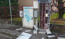Scontro tra Bmw: una finisce sul marciapiede e distrugge colonnina della Telecom